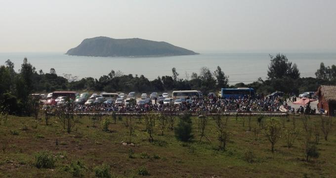Đảo Yến nhìn từ lăng mộ Đại tướng, bãi đậu xe luôn trong tình trạng chật cứng các loại phương tiện.