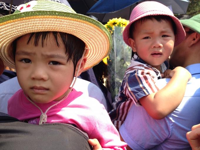 Cả trẻ em cũng đổ mồ hôi vì nắng nóng, vẻ mệt mỏi lộ rõ trên khuôn mặt các cháu.