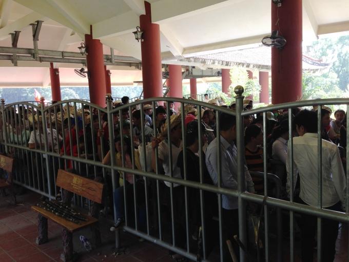 Rất đông người dân xếp hàng chờ đến lượt mình lên cáp treo.