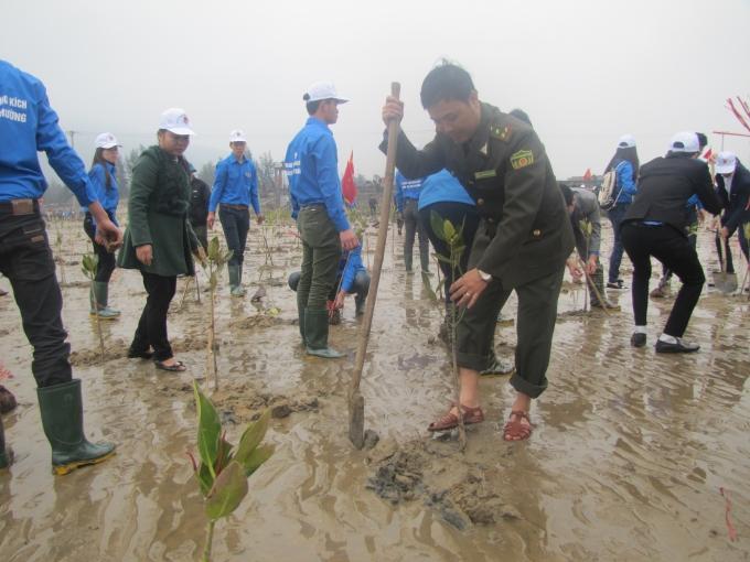 Các bạn trẻ hăng hái tham gia trồng cây bảo vệ khí hậu.