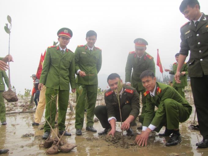 Cán bộ chiến sỹ thuộc lực lượng vũ trang cũng hăng hái tham gia Tết trồng cây.