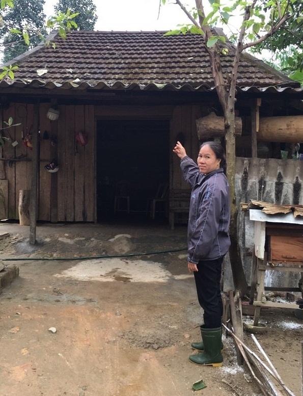Bà Trần Thị Minh, một trong số nạn nhân hiện giờ phải sống nhờ trong căn nhà lụp xụp của người quen. Tiền dành dụm bấy lâu nay đã mất hút theo bóng dáng vị