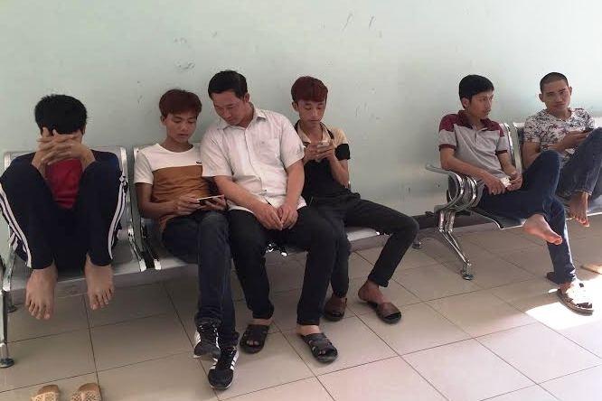Các công nhân đang chờ tiến hành làm các thủ tục xét nghiệm.
