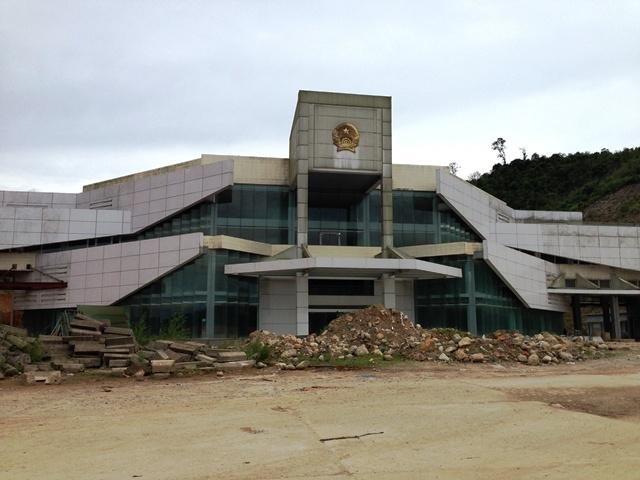 Tòa nhà Quốc môn, cũng là khu tổ hợp làm việc với trang thiết bị máy móc hiện đại nhằm phục vụ cho cửa khẩu quốc tế, sau 5 năm trời vẫn chưa bàn giao.