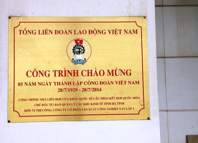 Tấm biển trang trọng được gắn lên sau khi Khu liên hợp khởi công được 3 năm vào tháng 7/2014. Kéo dài thêm 2 năm nữa vẫn