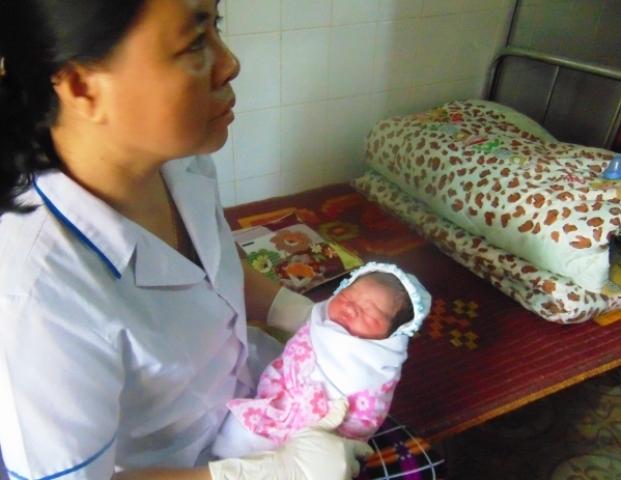 Bé gái sơ sinh nặng 2,8kg hiện đang được các y bác sỹ ở trạm y tế chăm sóc, chờ người đến nhận.