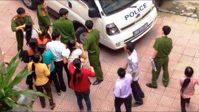 Người nhà bị cáo Đinh Thiện chạy theo xe chở phạm nhân, níu kéo người chồng, người cha vướng vòng lao lý.