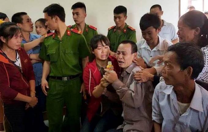Bị cáo và rất đông người nhà liên tục òa khóc nức nở trước tòa.