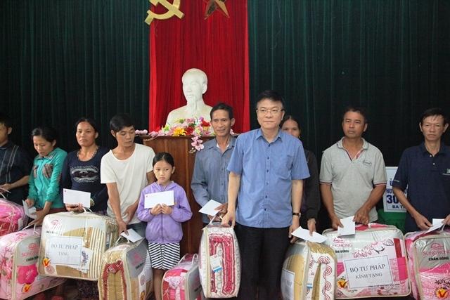 Trao quà cho người dân huyện Hương Khê - Hà Tĩnh chịu thiệt hại nặng nề trong đợt lũ vừa qua.