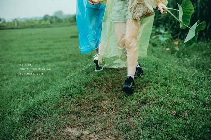 Sải bước trên đường quê.