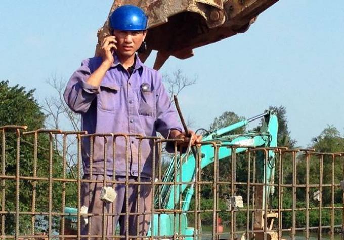 Công nhân Nguyễn Văn Thao, ngay sau khi cứu người đã trở lại làm việc bình thường.