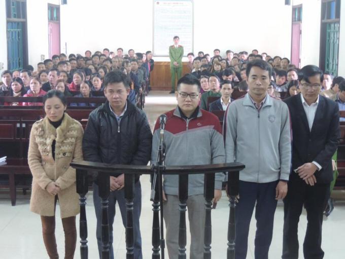 Rất đông người dân đến tham dự phiên tòa.