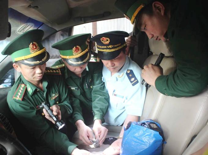 Cơ quan chức năng khám xét và phát hiện 600 viên hồng phiến được dấu trong xe ô tô.
