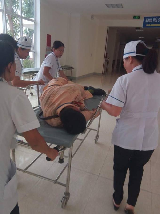Thượng úy Nguyễn Anh Đức nhanh chóng được đồng đội đưa vào bệnh viện cấp cứu.