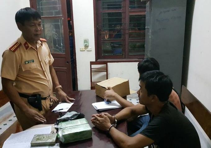 Thiếu tá Lê Ngọc Sáng đấu tranh với các đối tượng về hành vi vận chuyển, mua bán trái phép chất ma túy.