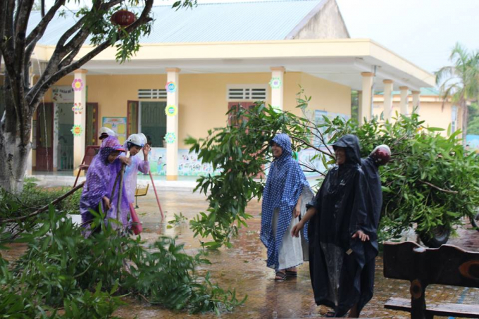 Một số nơi người dân cùng phối hợp với cơ quan chức năng tiến hành chặt bớt cành cây.