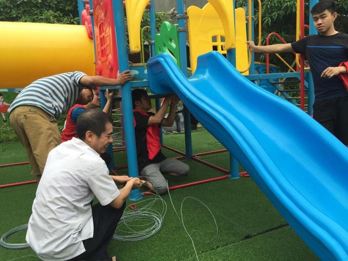Tranh thủ lúc trời chưa mưa to, đội tình nguyện phường Nam Hà (thành phố Hà Tĩnh) đã giúp trường Mầm non 1 chằng giữ chắc chắn các dụng cụ đồ chơi.