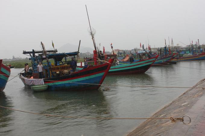 Tại cảng cá Cửa Sót (Hà Tĩnh) phần lớn tàu thuyền đã về nơi neo đậu an toàn.