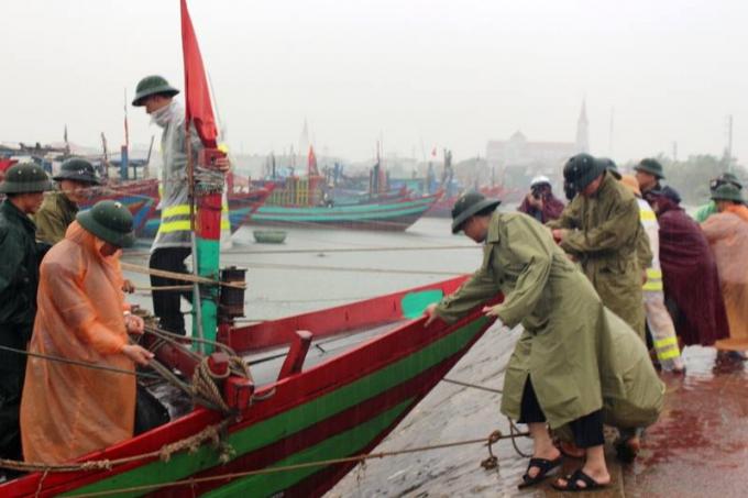 Lãnh đạo địa phương các khu vực ven biển Hà Tĩnh vận động ngư dân cho tàu thuyền neo đậu an toàn.