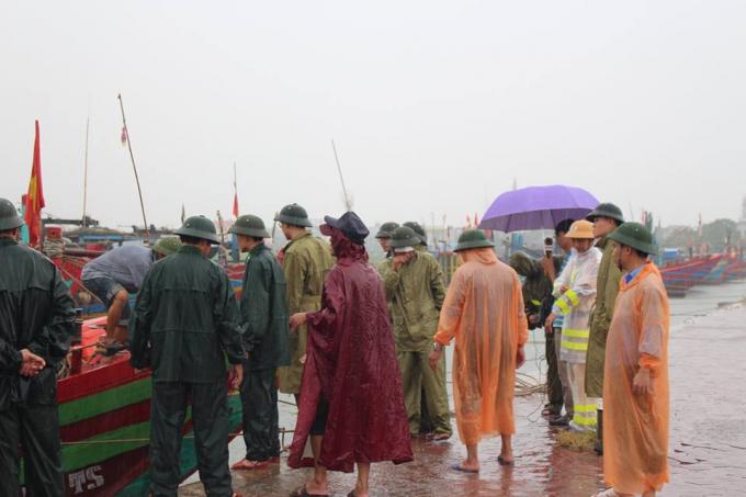 Chính quyền cùng người dân đội mưa đối phó với cơn bão số 10 sắp sửa đổ bộ vào.              Tính đến 16h chiều 14/9, toàn tỉnh Hà Tĩnh đã có mưa lớn trên diện rộng.
