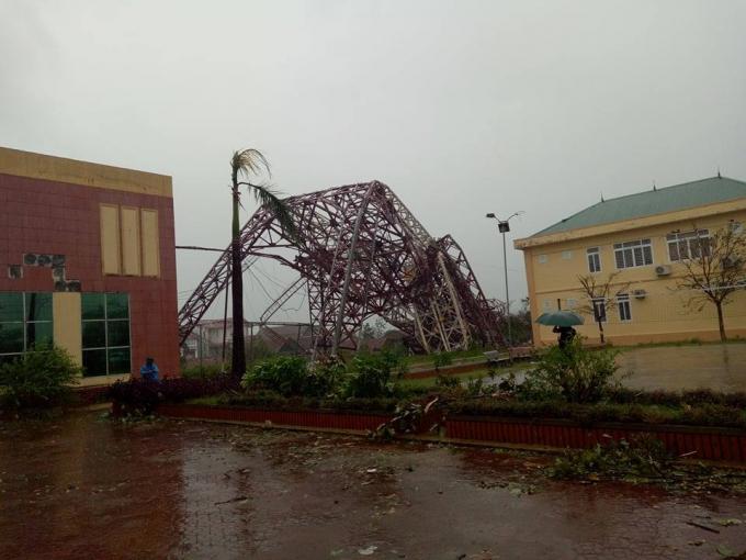 Tháp truyền hình trung tâm thị xã Kỳ Anh đổ sập vì bão.