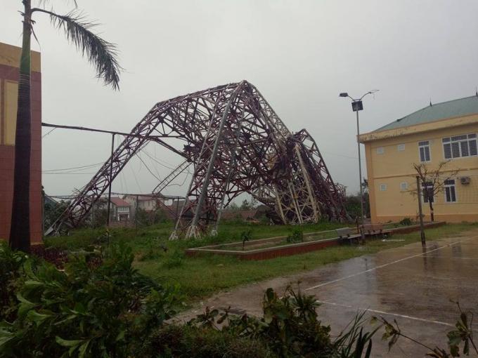 Tháp truyền hình Thị xã Kỳ Anh bị đổ gục do