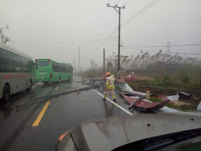 Nhiều đoạn đường trên QL 1A bị tắc nghẽn do bão, lực lượng chức năng đã phải hoạt dộng hết công suất.