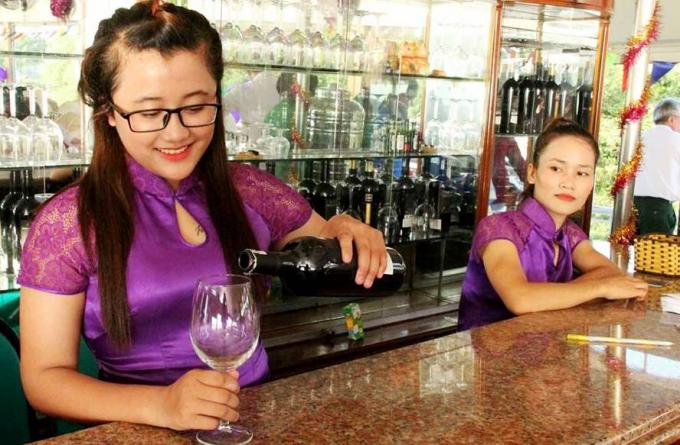 Trên tàu, còn có cả quầy Bar phục vụ ăn uống, sinh hoạt của du khách (ảnh facebook Giang Đình cổ độ).