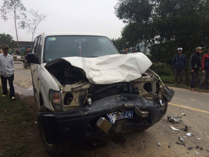 Chiếc xe biển xanh của UBND huyện Can Lộc, Hà Tĩnh bị hư hỏng nặng sau khi tông vào xe máy.