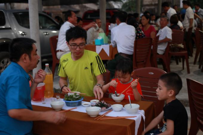 Các quán hàng luôn đông khách dù biển Thạch Hải chỉ mới bước vào giai đoạn bắt đầu mùa du lịch.