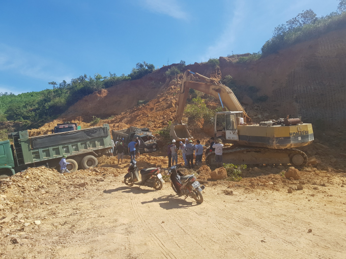 Rất đông người dân cùng chủ mỏ đã giải cứu các tài xế mắc kẹt trong cabin.