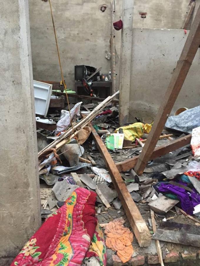 Vụ nổđược cho là do pháo khiến căn nhà cấp 4 bị thổi tung mái, nhiềuđồđạc bị hư hỏng nặng.