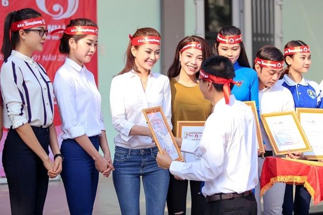Các người đẹp tham gia ủng hộ chương trình nhận bằng khen từ ban tổ chức.