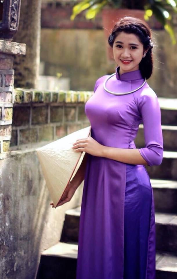 Vẻ đẹp cuốn hút của Hà Thị Thảo trong tà áo dài truyềnthống.