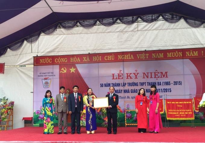 Đồng chí Hà Kế San trao bằng khen của Thủ tướng Chính phủ cho Ban giám hiệu nhà trường.