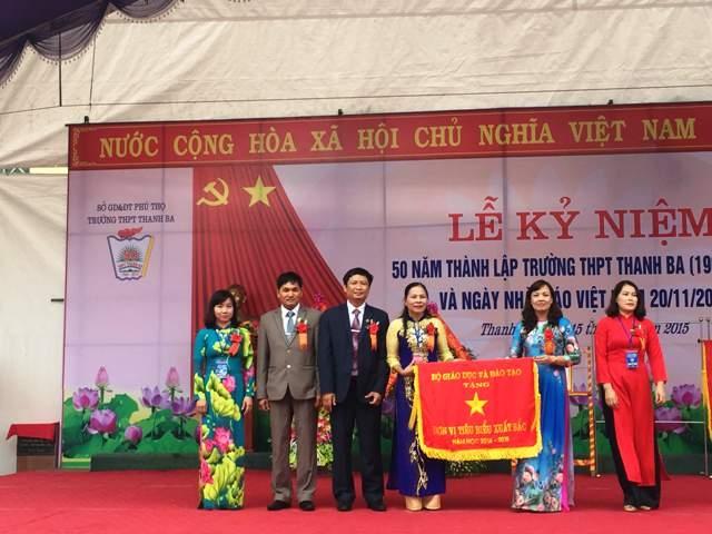 Ban giám hiệu đón nhận cờ thi đua xuất sắc của Bộ giáo dục và đào tạo.