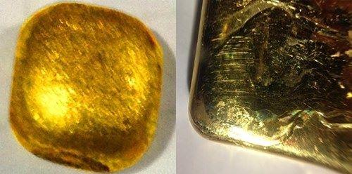 Khi nhìn bề mặt bên ngoài của vàng giả và vàng bốn số 9, bề mặt vàng giả không bóng mịn và có xuất hiện những hạt lấm tấm khác với bề mặt của vàng bốn số 9 (hình bên trái là vàng giả, hình phải là vàng bốn số 9).