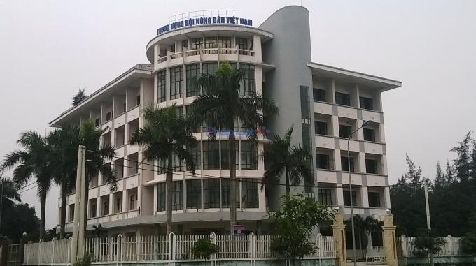"""Tòa nhà cao sáu tầng vốn là cơ sở dạy nghề khu vực Bắc Trung bộ từ lâu nay được trưng biển """"Nhà khách TW Hội Nông dân Việt Nam"""". Ảnh Duy Ngợi"""