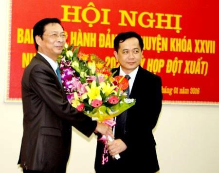 Bí thư tinh Quảng Ninh tặng hoa chúc mừng tân Bí thư huyện ủy Bình Liêu.