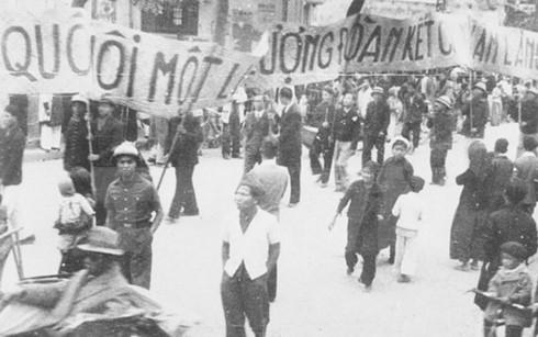 Nhân dân lao động Thủ đô cổ động cho ngày Tổng Tuyển cứ đầu tiên. (Ảnh: Tư liệu TTXVN)
