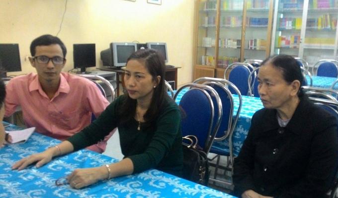 Lãnh đạo trường THCS Trần Phú (ngồi giữa) làm việc với phóng viên Phapluatplus.vn