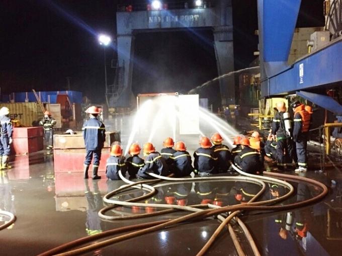 Lực lượng PCCC Hải Phòng dập lửa trong vụ cháy photpho trên tàu Contship Ace.