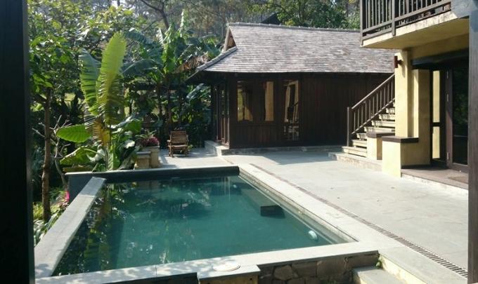 Bể bơi ngay trong kuoon viên biệt thự. Khu Resort này được chủ đầu tư quảng cáo là hạng 4 sao.