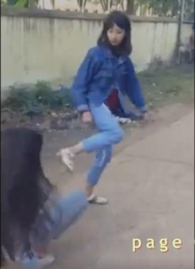 Hình ảnh nữ sinh trường THPT Dân lập Đồi Ngô đang đánh 1 nữ sinh khác. Ảnh cắt từ clip.