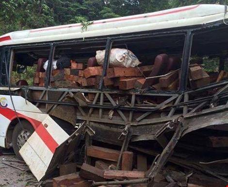 Hiện trường cho thấy chiếc xe bị hư hỏng nặng và trên xe chở nhiều gỗ. Ảnh Đắc Lam - Plo.vn
