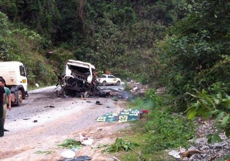 Chiếc xe nát hỏng phía sau. Ảnh Đắc Lam - Plo.vn