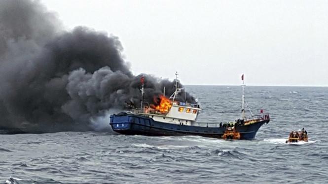 Tàu cá Trung Quốc cháy sau khi cảnh sát biển Hàn Quốc xông lên kiểm tra chiều 29.9.2016 trên vùng biển gần đảo Hong (Hàn Quốc)