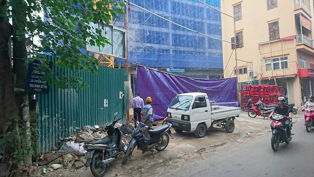 Lực lượng chức năng phường Thịnh Liệt đã có mặt phong tỏa hiện trường. Ảnh Nguyễn Dương - Dân trí