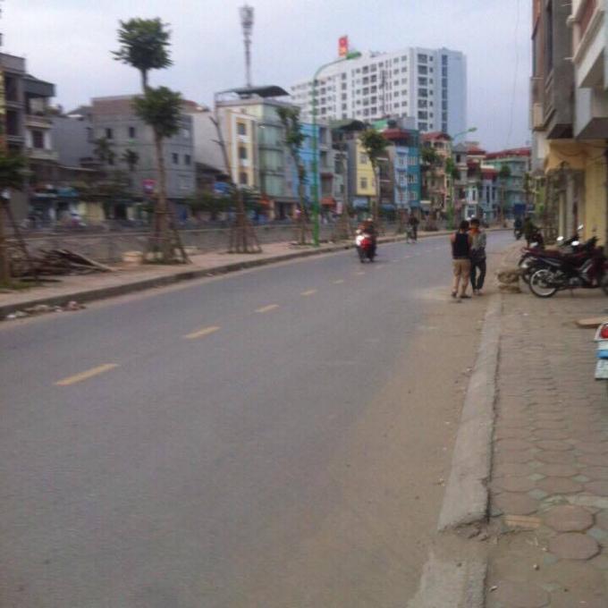 Mặt ngõ 216 Định Công, hai xe ô tô tránh nhau thoải mái.