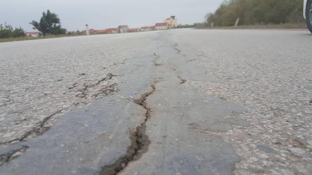 """Các vết nứt xuất hiện trên tuyến đê tả sông Hồng đã được bịt lại phủ một lớp nhựa đường rải ở phía trên, tuy nhiên các vết nứt vẫn tiếp tục """"há mồm"""" rộng thêm qua từng ngày. Ảnh: Hoàng Long"""